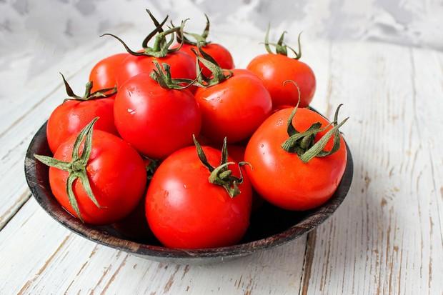 Menggunakan tomat sebagai masker bisa mengatasi kulit yang kusam agar kembali cerah.