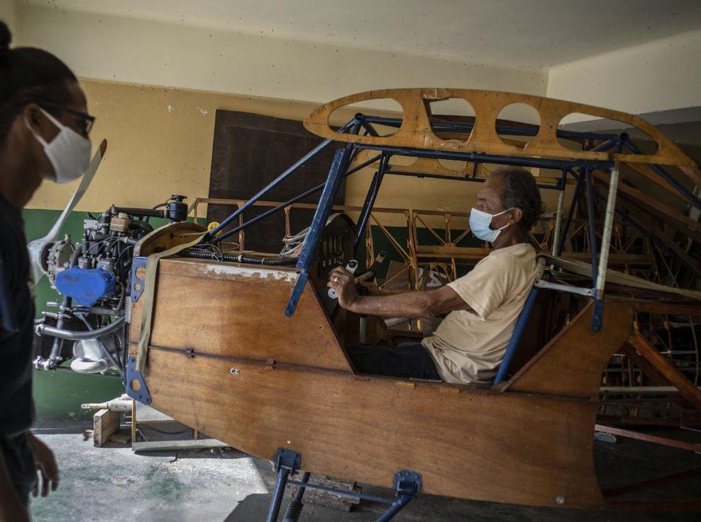 Mimpi Besar Mekanik Kuba Bikin Pesawat Kayu