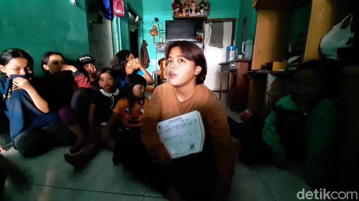 Pasutri di Kota Malang memiliki 15 anak. Kartu Keluarga (KK) mereka dua lembar karena tidak cukup mencatat seluruh anggota keluarga.