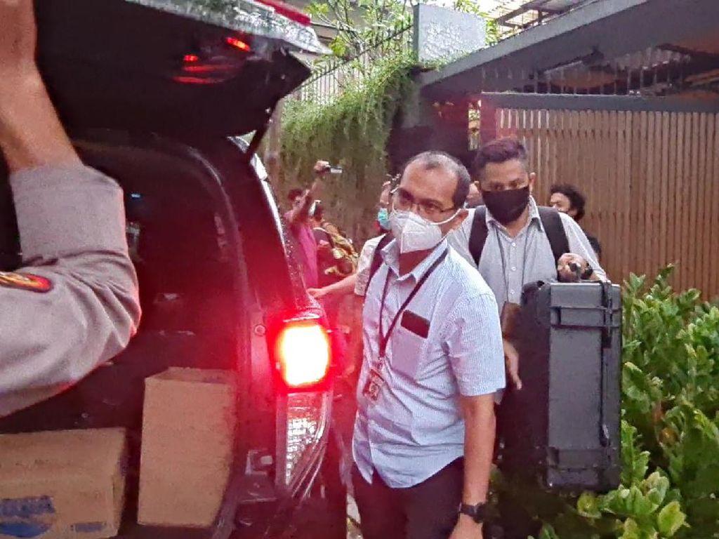 Penyidik KPK Bawa 2 Koper Usai Geledah Rumah Ihsan Yunus