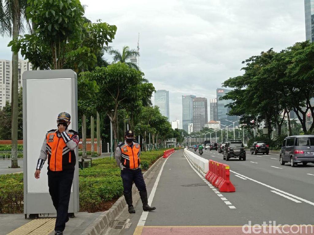 Petugas Dishub DKI Jaga Jalur Sepeda Permanen di Jalan Sudirman