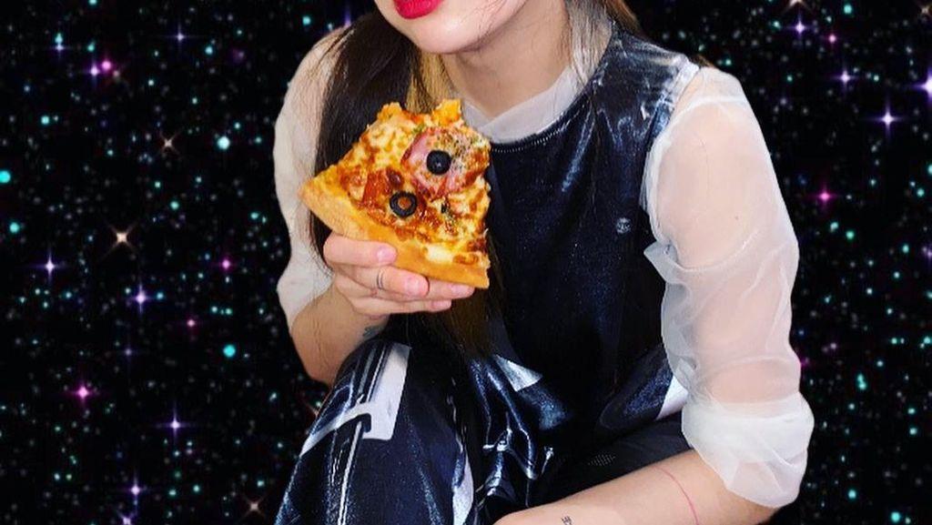 Pose Ceria HyunA saat Makan Pizza dan Kue Ulang Tahun