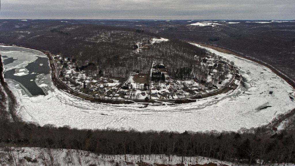 Potret Sungai di AS yang Masih Membeku