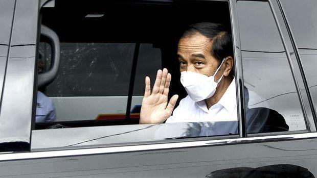 Presiden Jokowi meninjau tanggul Citarum yang jebol.