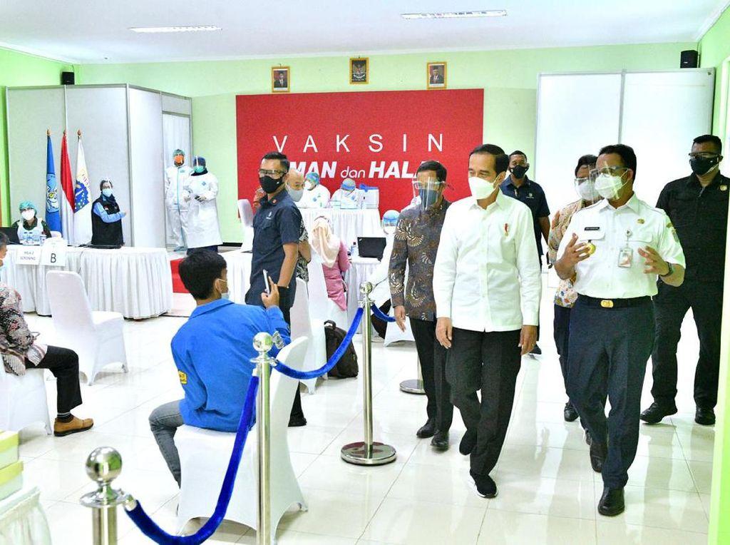 Jokowi Bareng Anies Tinjau Vaksinasi Corona Untuk Guru di Jaksel