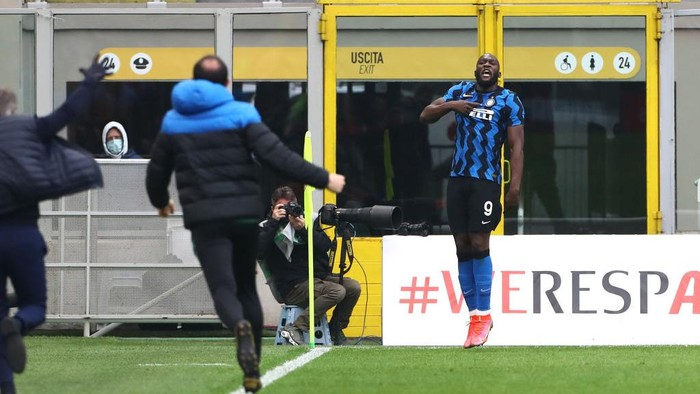 MILAN, ITALY - FEBRUARY 21: Romelu Lukaku of FC Internazionale celebrates after scoring his teams third goal during the Serie A match between AC Milan and FC Internazionale at Stadio Giuseppe Meazza on February 21, 2021 in Milan, Italy. Sporting stadiums around Italy remain under strict restrictions due to the Coronavirus Pandemic as Government social distancing laws prohibit fans inside venues resulting in games being played behind closed doors. (Photo by Marco Luzzani/Getty Images)