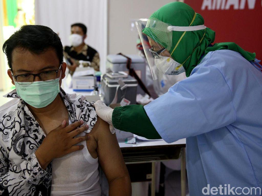 Vaksinasi COVID-19 untuk Guru Dimulai, Ini Syarat yang Harus Dibawa