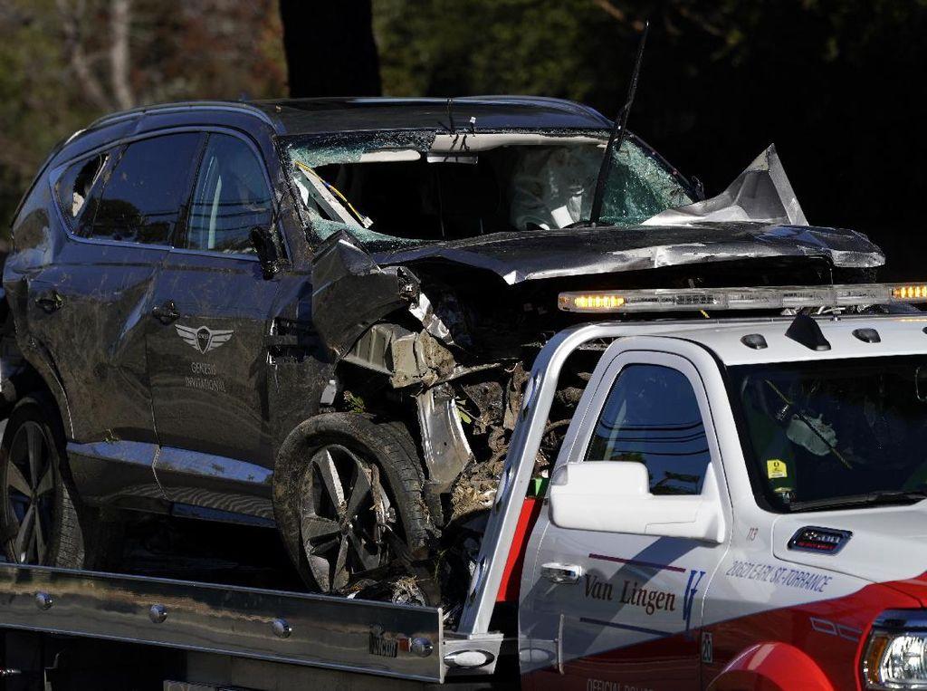 Foto: Mobilnya Hancur, Ini Potret Kecelakaan Tiger Woods