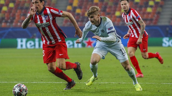 Chelseas Timo Werner, center, runs for the ball next to Atletico Madrids Lucas Torreira during the Champions League, round of 16, first leg soccer match between Atletico Madrid and Chelsea at the National Arena stadium in Bucharest, Romania, Tuesday, Feb. 23, 2021. (AP Photo/Vadim Ghirda)