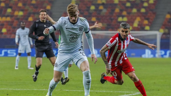 Chelseas Timo Werner, left, vies for the ball with Atletico Madrids Angel Correa during the Champions League, round of 16, first leg soccer match between Atletico Madrid and Chelsea at the National Arena stadium in Bucharest, Romania, Tuesday, Feb. 23, 2021. (AP Photo/Vadim Ghirda)