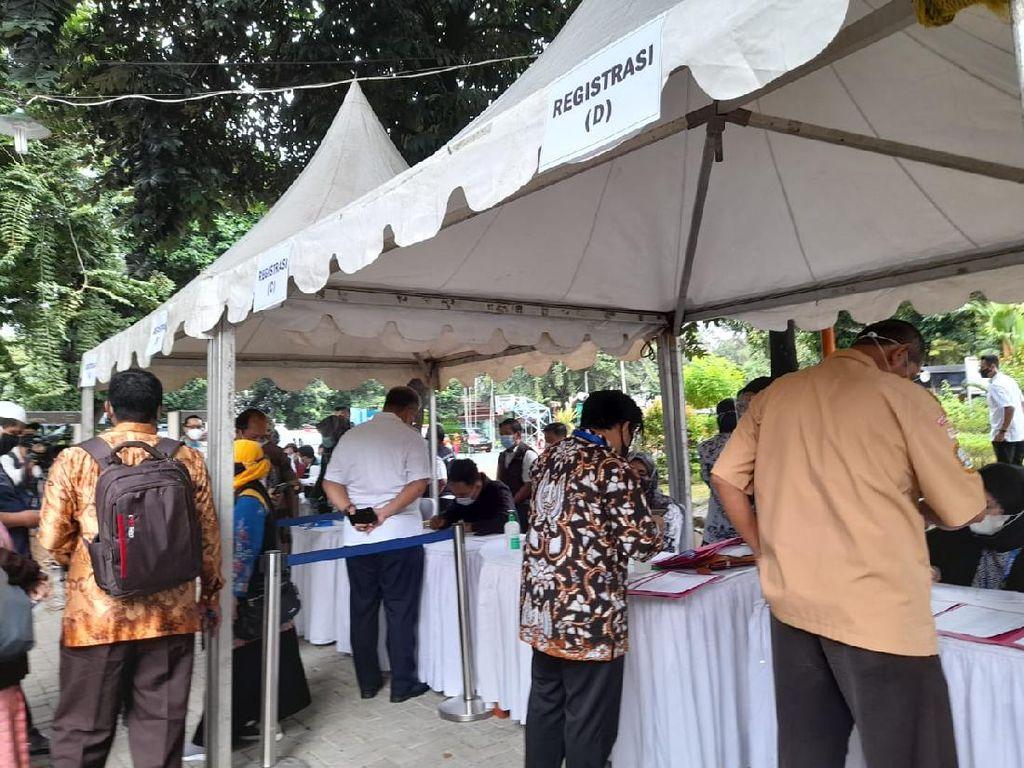 Vaksinasi Corona untuk Guru Dimulai, Ratusan Guru Divaksin di SMAN 70 Jakarta