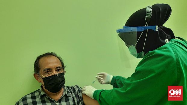 Salah seorang peserta vaksinasi lansia, Supriyadi (65), menerima suntikan dosis vaksin pertama di RSUD Budhi Asih, Rabu (24/2). CNN Indonesia/