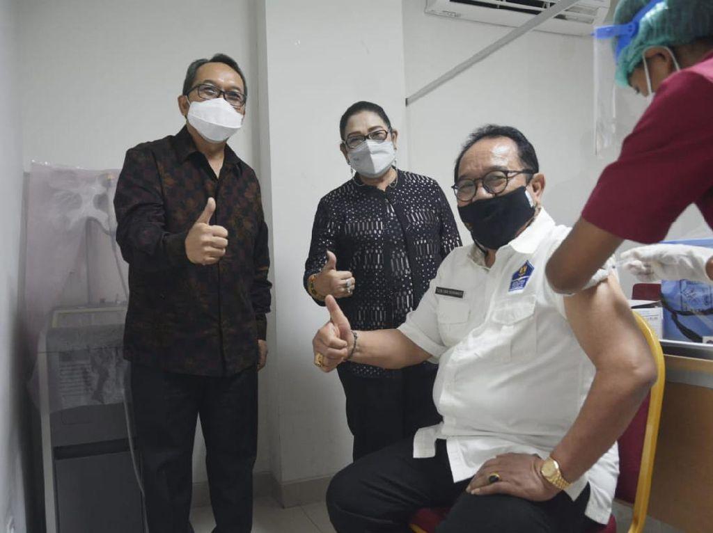Wagub Bali Divaksin COVID: Vaksinasi untuk Lansia Aman, Tidak Ada Mual-Pusing