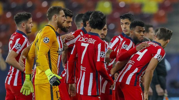 Atletico Madrid players pose for a picture prior of the start of the Champions League, round of 16, first leg soccer match between Atletico Madrid and Chelsea at the National Arena stadium in Bucharest, Romania, Tuesday, Feb. 23, 2021. (AP Photo/Vadim Ghirda)