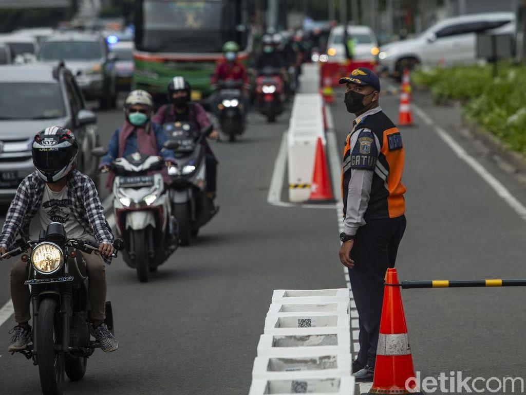 Bahayanya Melamun saat Berkendara, Langsung Fight di Jalanan