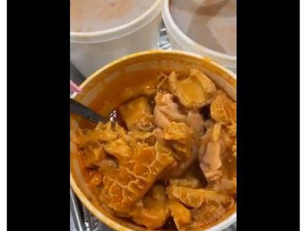 Cardi B Makan Jeroan, Netizen Indonesia Beri Saran Cicip Coto Makassar