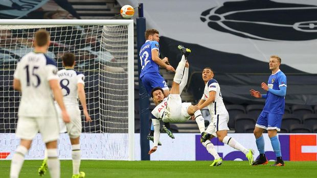 LONDON, ENGLAND - FEBRUARY 24: Dele Alli of Tottenham Hotspur scores their team's first goal with a overhead kick during the UEFA Europa League Round of 32 match between Tottenham Hotspur and Wolfsberger AC at The Tottenham Hotspur Stadium on February 24, 2021 in London, England. Sporting stadiums around the UK remain under strict restrictions due to the Coronavirus Pandemic as Government social distancing laws prohibit fans inside venues resulting in games being played behind closed doors. (Photo by Julian Finney/Getty Images)