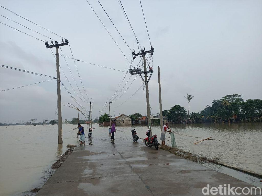 Jalan Penghubung 2 Desa di Karawang Terputus Akibat Terendam Banjir