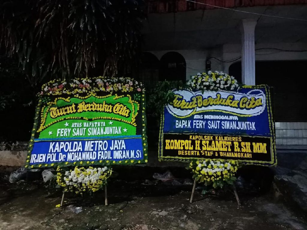 Karangan Bunga Kapolda Metro Terpajang di Rumah Fery Korban Penembakan