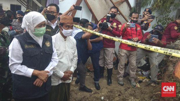 Gubernur Khofifah meninjau lokasi lembaga pesantren tertimpa longsor di Pamekasan. (CNN Indonesia/Nurus Solehen)