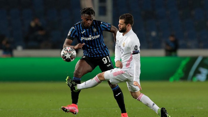 BERGAMO, ITALY - FEBRUARY 24: Duvan Zapata of Atalanta is challenged by Nacho of Real Madrid during the UEFA Champions League Round of 16 match between Atalanta and Real Madrid at Gewiss Stadium on February 24, 2021 in Bergamo, Italy. Sporting stadiums around Italy remain under strict restrictions due to the Coronavirus Pandemic as Government social distancing laws prohibit fans inside venues resulting in games being played behind closed doors. (Photo by Emilio Andreoli/Getty Images)