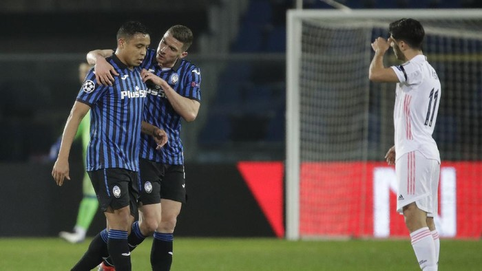 Atalantas Robin Gosens, center, comforts Atalantas Luis Muriel as he substituted during the Champions League, round of 16, first leg soccer match between Atlanta and Real Madrid, at the Gewiss Stadium in Bergamo, Wednesday, Feb. 24, 2021. (AP Photo/Luca Bruno)