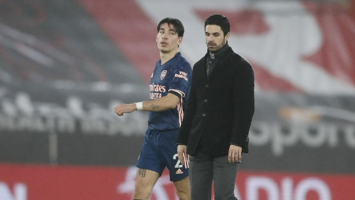 SOUTHAMPTON, ENGLAND - JANUARY 26: Mikel Arteta, Manager of Arsenal and Hector Bellerin of Arsenal talk after the Premier League match between Southampton and Arsenal at St Marys Stadium on January 26, 2021 in Southampton, England. Sporting stadiums around the UK remain under strict restrictions due to the Coronavirus Pandemic as Government social distancing laws prohibit fans inside venues resulting in games being played behind closed doors. (Photo by Frank Augstein - Pool/Getty Images)