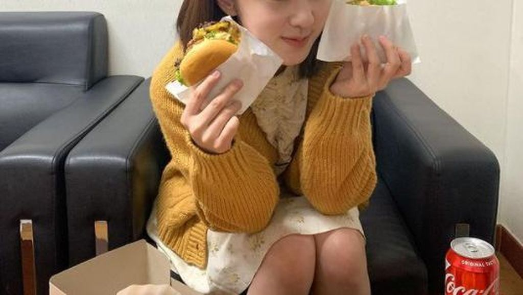 Pesona Cantik Park Hye Soo Saat Makan Burger dan Minum Kopi