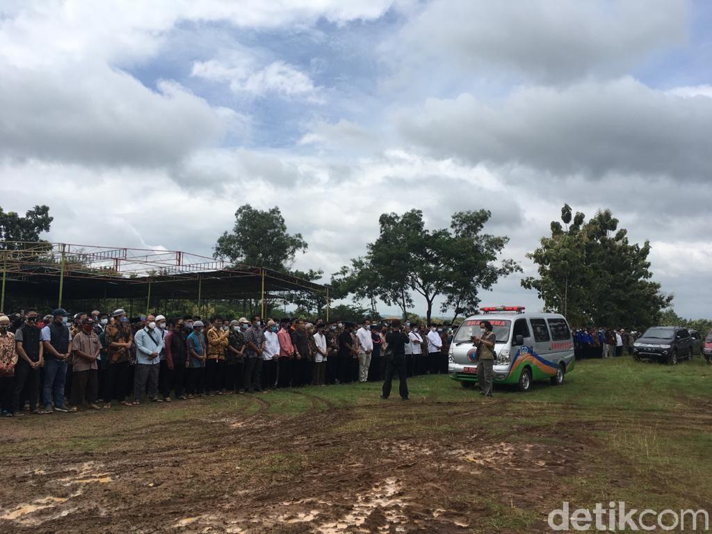 Dibanjiri Pelayat, Polisi Sekat Lokasi Pemakaman Ahmad Sukina di Karanganyar