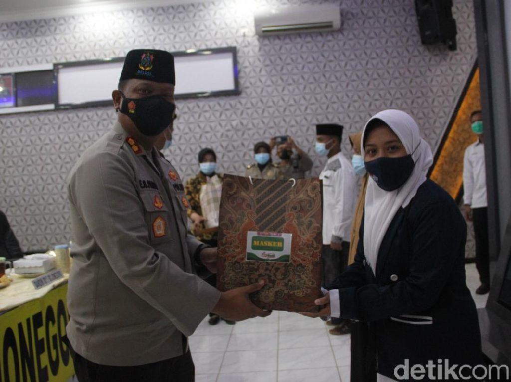 5.000 Masker Dibagikan Dalam Gerakan Santri Bermasker di Bojonegoro