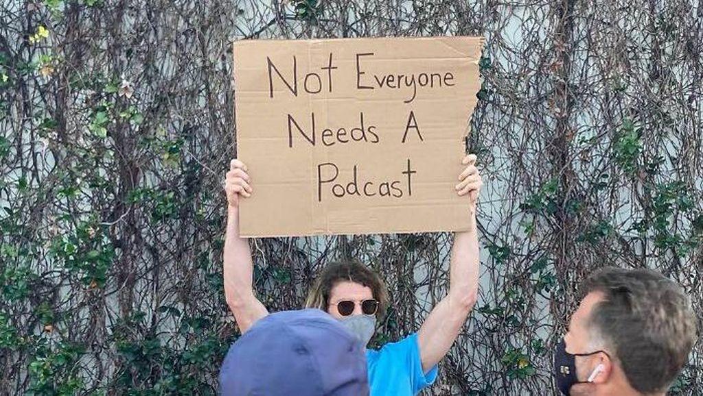 Pria Ini Protes Tiap Hari, Isinya Kocak-kocak!