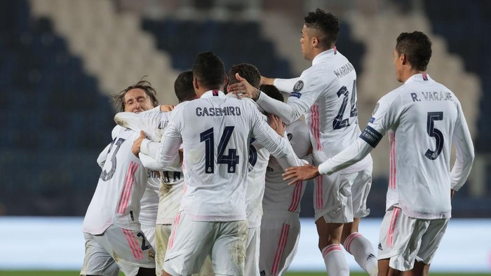 BERGAMO, ITALY - FEBRUARY 24: Ferland Mendy of Real Madrid celebrates with his teammates after scoring the opening goal during the UEFA Champions League Round of 16 match between Atalanta and Real Madrid at Gewiss Stadium on February 24, 2021 in Bergamo, Italy. (Photo by Emilio Andreoli/Getty Images)