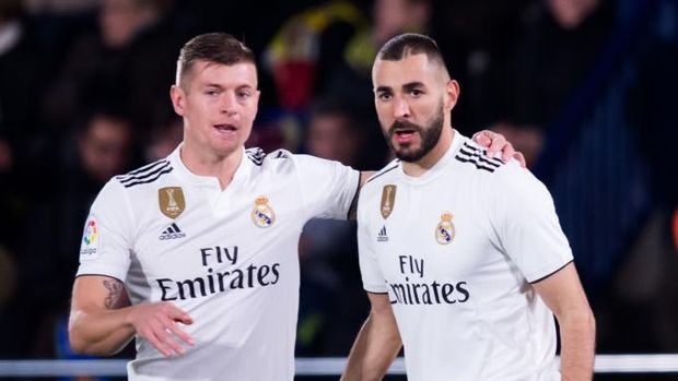VILLAREAL, SPAIN - JANUARY 03: Karim Benzema of Real Madrid CF celebrates with his teammate Toni Kroos after scoring his team's first goal during the La Liga match between Villarreal CF and Real Madrid CF at Estadio de la Ceramica on January 03, 2019 in Villarreal, Spain. (Photo by Alex Caparros/Getty Images)