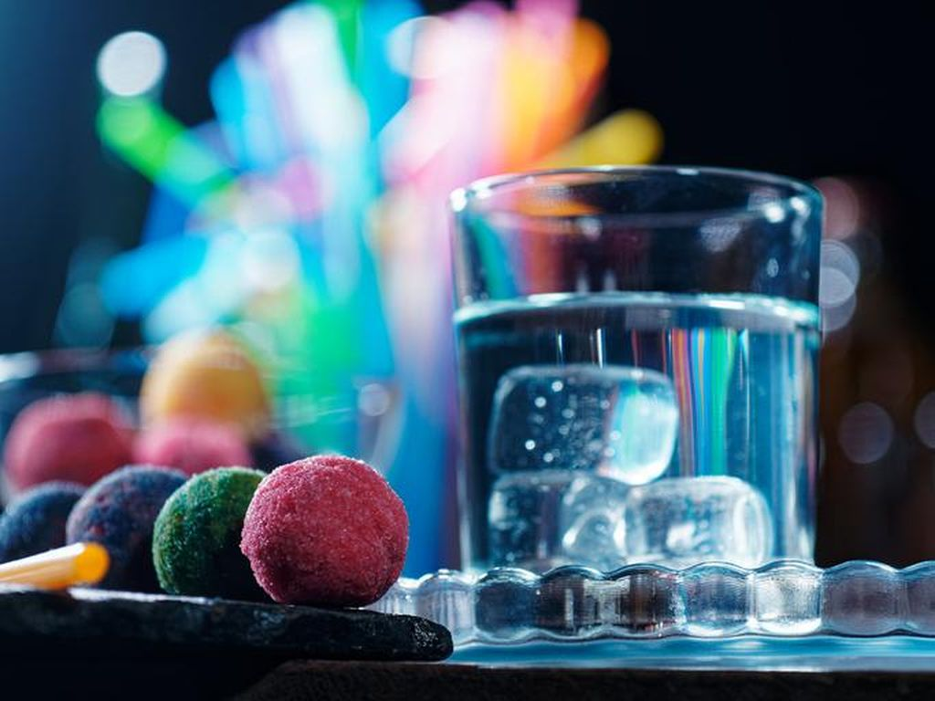 Setelah Tea Bomb, Kini Ada Cocktail Bomb yang Diracik dengan Alkohol