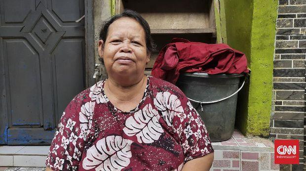 Sutini (59), warga RT 4, RW 8, Kebon Pala, Kampung Melayu lainnya mengatakan meskipun berganti-ganti gubernur, penanganan banjir sama saja, Rabu (24/2).