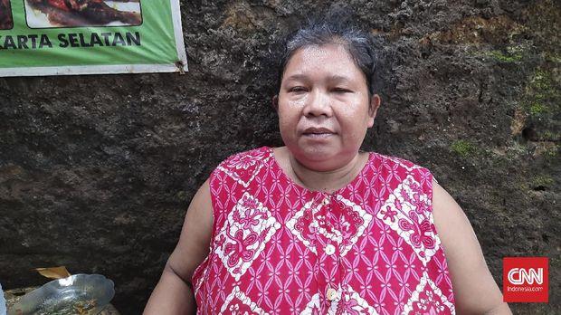 Ira (55), warga RT 12, RW 4, Bangka, Mampang, Jakarta Selatan saat ditemui di depan rumahnya mengatakan TIM SAR hanya datang mengambil gambar lalu pergi, Rabu (24/2)
