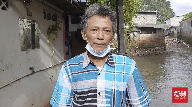 Robi (55), warga RT 13, RW 1, Duren Tiga, Mampang, Jakarta Selatan mengatakan warga tidak mendapatkan peringatan banjir sebelumnya, Rabu (24/2).