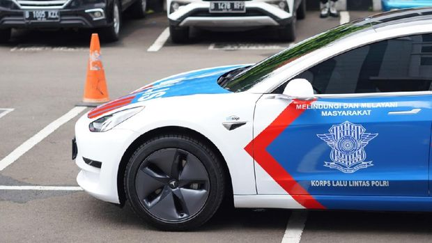 Importir Prestige Image Motorcars meminjamkan satu unit Tesla Model 3 yang lengkap dengan seragam kepolisian kepada Korlantas Polri untuk digunakan sebagai mobil patroli.