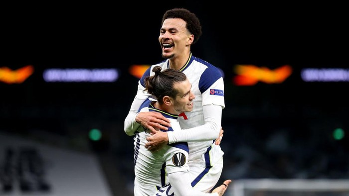 LONDON, ENGLAND - FEBRUARY 24: Gareth Bale of Tottenham Hotspur celebrates with Dele Alli after scoring their teams third goal during the UEFA Europa League Round of 32 match between Tottenham Hotspur and Wolfsberger AC at The Tottenham Hotspur Stadium on February 24, 2021 in London, England. Sporting stadiums around the UK remain under strict restrictions due to the Coronavirus Pandemic as Government social distancing laws prohibit fans inside venues resulting in games being played behind closed doors. (Photo by Julian Finney/Getty Images)
