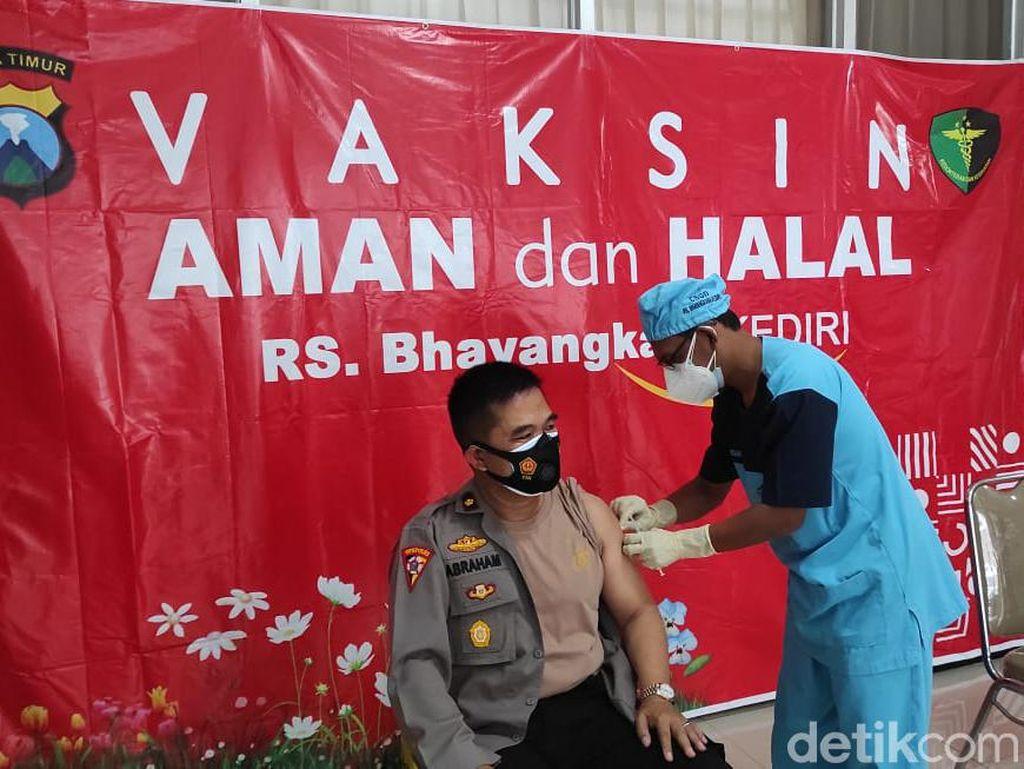 1.117 Polisi Kota Kediri Divaksin COVID-19 Secara Bertahap