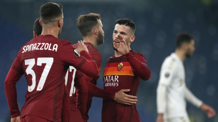 ROME, ITALY - FEBRUARY 25:  Borja Mayoral of A.S Roma celebrates with teammate Carles Perez after scoring his teams third goal during the UEFA Europa League Round of 32 match between AS Roma and Sporting Braga at Stadio Olimpico on February 25, 2021 in Rome, Italy. Sporting stadiums around Italy remain under strict restrictions due to the Coronavirus Pandemic as Government social distancing laws prohibit fans inside venues resulting in games being played behind closed doors. (Photo by Paolo Bruno/Getty Images)