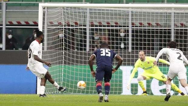 AC Milan's Franck Kessie, left, scores on a penalty kick his side's opening goal during the Europa League round of 32 second leg soccer match between AC Milan and Red Star Belgrade at the San Siro Stadium, in Milan, Italy, Thursday, Feb. 25, 2021. (AP Photo/Antonio Calanni)