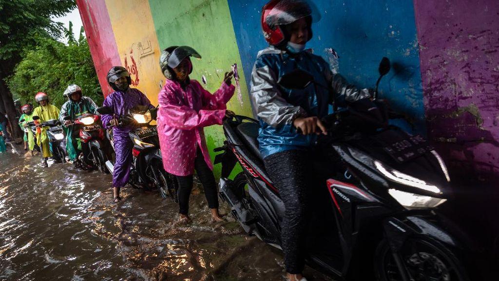 Saat Pemotor Naik Trotoar Gegera Banjir di Terowongan Semarang