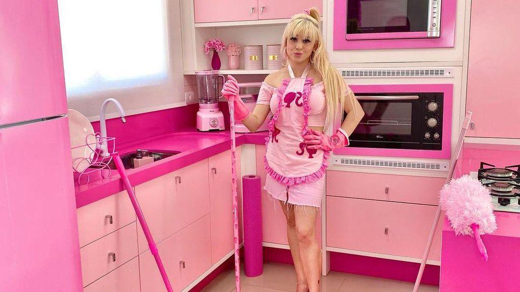 Penampilan Wanita Barbie yang 97% Barangnya Warna Pink, Baju Sampai Perabot