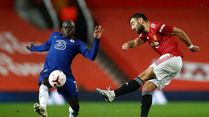 MANCHESTER, ENGLAND - OCTOBER 24: Bruno Fernandes of Manchester United shoots past Ngolo Kante of Chelsea  during the Premier League match between Manchester United and Chelsea at Old Trafford on October 24, 2020 in Manchester, England. Sporting stadiums around the UK remain under strict restrictions due to the Coronavirus Pandemic as Government social distancing laws prohibit fans inside venues resulting in games being played behind closed doors. (Photo by Phil Noble - Pool/Getty Images)