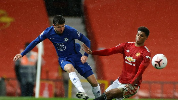 MANCHESTER, ENGLAND - OCTOBER 24: Mason Mount of Chelsea  battles for possession with  Marcus Rashford of Manchester United  during the Premier League match between Manchester United and Chelsea at Old Trafford on October 24, 2020 in Manchester, England. Sporting stadiums around the UK remain under strict restrictions due to the Coronavirus Pandemic as Government social distancing laws prohibit fans inside venues resulting in games being played behind closed doors. (Photo by Phil Noble - Pool/Getty Images)