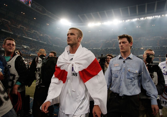 MADRID, SPAIN - JUNE 17:  David Beckham of Real Madrid wears the english flag dreped over his shoulders after Real won the Primera Liga after the Primera Liga match between Real Madrid and Mallorca at the Santiago Bernabeu stadium on June 17, 2007 in Madrid, Spain.  (Photo by Denis Doyle/Getty Images)