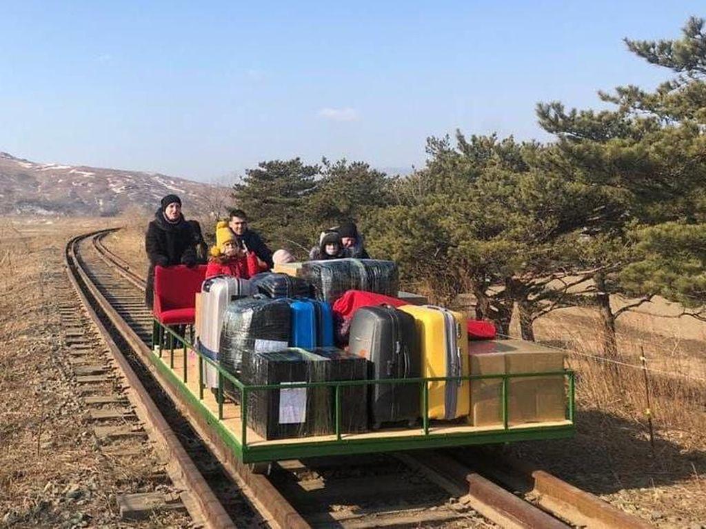 Diplomat Rusia Pulang dari Korea Utara dengan Kereta Troli