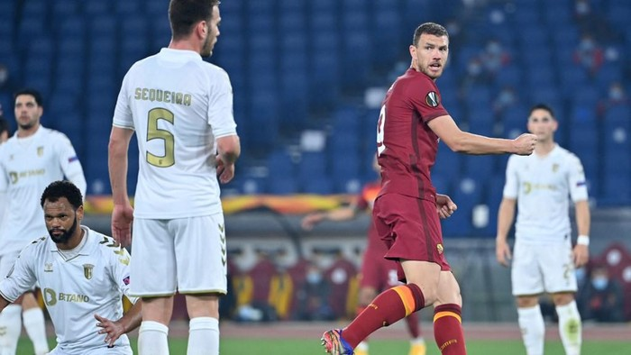 Romas Bosnian forward Edin Dzeko (2nd-R) celebrates after scoring a goal during the UEFA Europa League round of 32 second-leg football match between AS Roma and Sporting Braga at the Stadio Olimpico in Rome on February 25, 2021. (Photo by Alberto PIZZOLI / AFP)