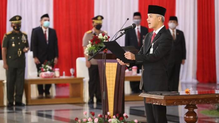 Ganjar Pranowo saat melantik 17 kepala daerah baru di Jateng, 26/2/2021